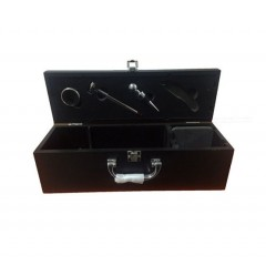 Caja porta vino con accesorios en la tapa cuerina negra con costuras en blanco